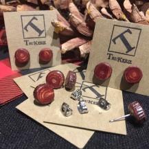 Réf #328. Minuscules boucles d'oreilles (8 à 10mm) en rondins de bois d'érable avec écorce, teints rouge $23.00 la paire.